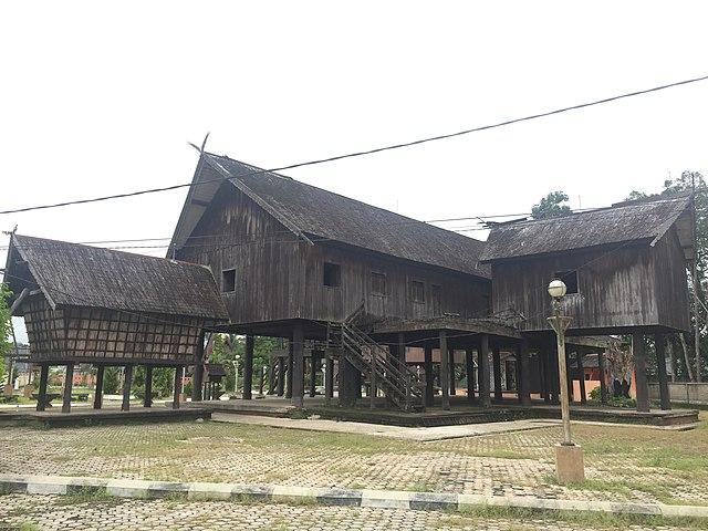 rumah adat betang palangkaraya